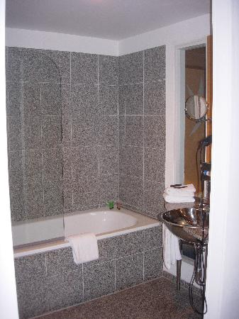 Novum Select Hotel Berlin Ostbahnhof: Bathtub/shower