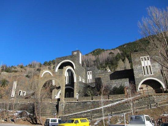Hotel L'Ermita: 横には斬新なデザインの教会が!