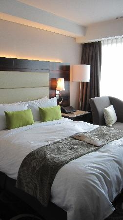 Lotte Hotel Seoul: bed and sofa (the pillows are very comfortable)