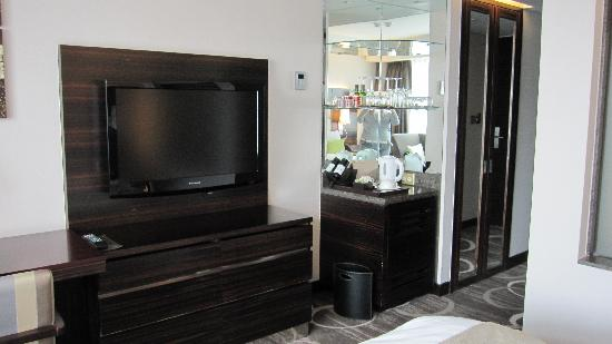 Lotte Hotel Seoul: LCD TV and mini bar