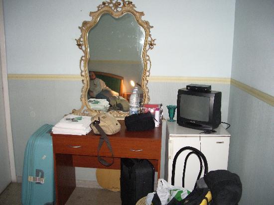 Capri: nevera , por dentro muy sucia