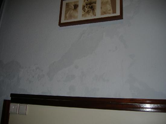 Residencial Mozambique: La habitación y sus humedades en la pared.... increíble pero cierto.