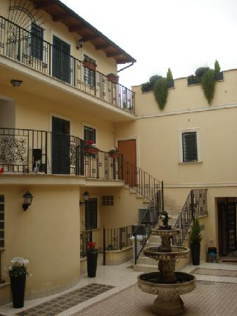Aurelia Vatican Apartments: Villa + water fountain