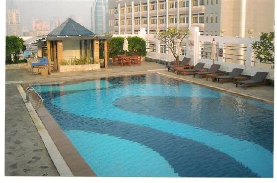 Zenith Sukhumvit Hotel Bangkok: Beautiful Pool is in the Sun All Day!  ...A Rare Find in Bangkok