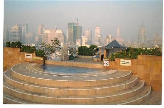 Zenith Sukhumvit Hotel Bangkok: Breath Taking View from the Hot Tub beside the Pool