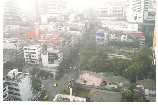 Zenith Sukhumvit Hotel Bangkok: View from the Pool - Looking down early in the Morning at 6 AM