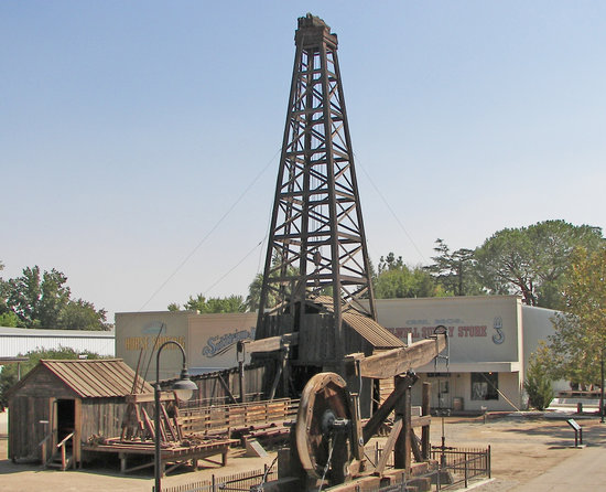 Bakersfield, Californien: Wooden Oil Derrick and Pumping Unit