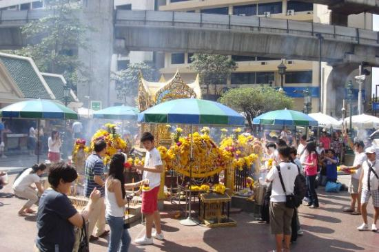 Erawan Shrine (Thao Mahaprom Shrine): The weather is sizzling and the air is choking me.