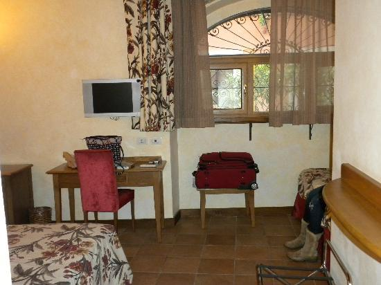 Hotel Residenza San Calisto: queen bed to left, single around corner to right, window to street straight ahead