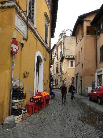 Hotel Residenza San Calisto: Trastevere street