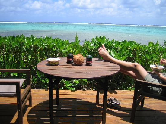 Titikaveka, Cook Islands: Lunch right on the patio waterfront
