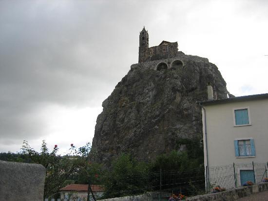 Le Puy-en Velay, Francia: 奇岩の下から見上げたサン・ミシェル教会
