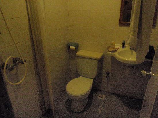 Restu Bali Hotel: Bathroom