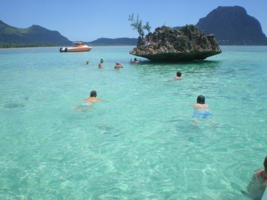 Trou aux Biches: Rocher Cristal, au large de l'Ile aux Bénitiers
