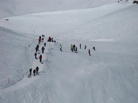 Hotel Gletschergarten: The ski run from First
