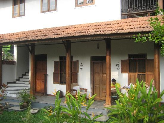 Motty's Homestay: The building out back with 2 newer rooms
