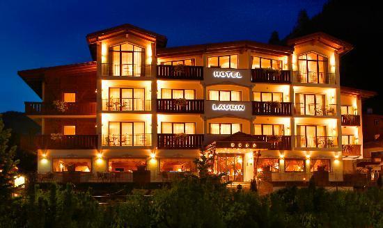 Hotel Laurin Small&Charming: La facciata davanati dell'albergo di notte