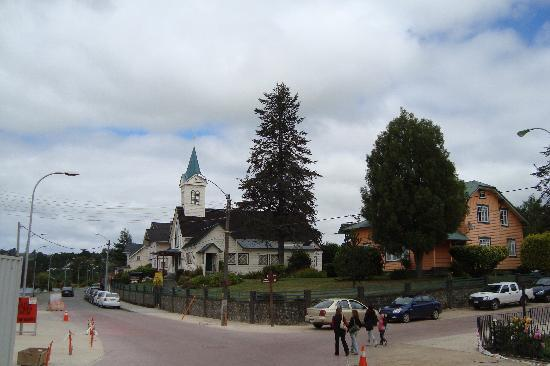 Frutillar, Chili : iglesia frente al centro de eventos y convenciones