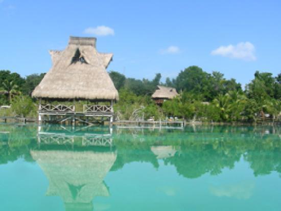 Kuuch Kaanil Villas Eco-romanticas: la palapa et la chambre vues de la lagune