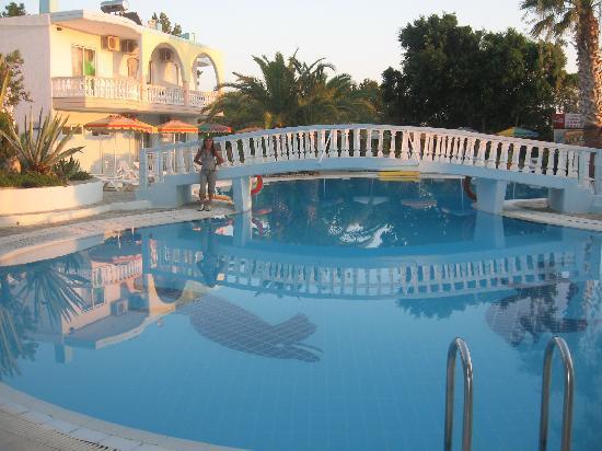 Hotel Pefkos Garden: la piscina dell'hotel garden