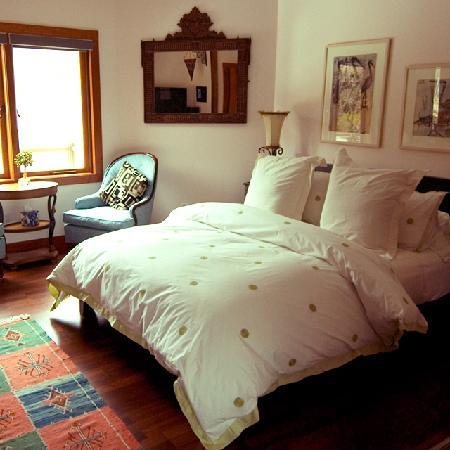 ‪‪East Hampton Art House Bed and Breakfast‬: Bright and cheerful, comfortable beds will keep you safe, secure and rested in our quiet, beauti‬
