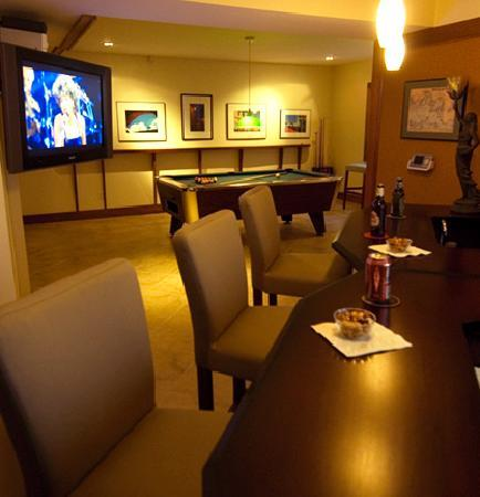 East Hampton Art House Bed and Breakfast: Enjoy the relaxing comfort of our 'Pub' while you watch TV or play a game.