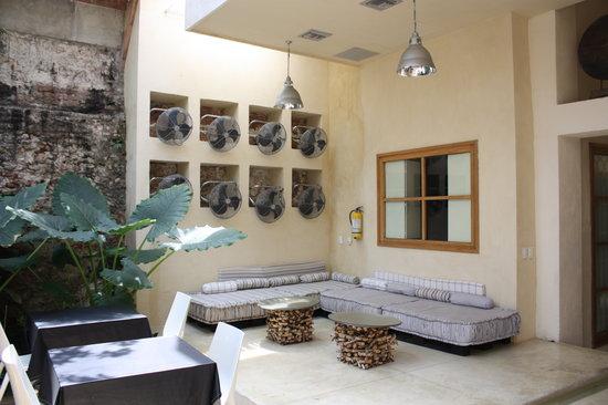 Hotel Casa Lola: reading/relax area