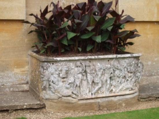 Woodstock, UK: a flower bed that looks like a Roman lenos sarcophagus