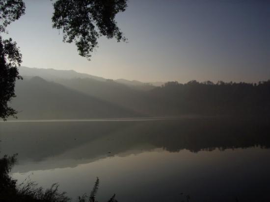 Blitar, อินโดนีเซีย: Kabut Tipis yang selalu menyelimuti exotisme danau ngebel
