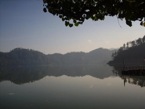 Blitar, อินโดนีเซีย: Dari ujung pintu masuk ke danau ngebel