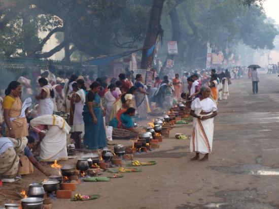 Festdag i Thiruvananthapuram, Kerala. 300.000 kvinner fyller gatene og koker mat ved hjelp av il