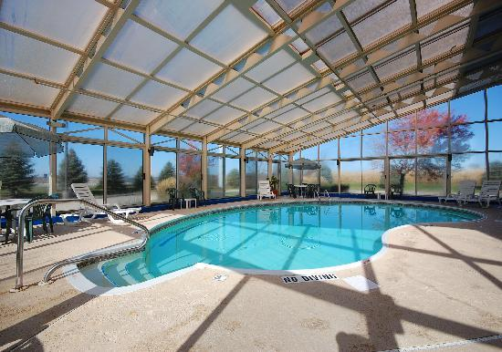 Baymont Inn & Suites Springfield: Indoor heated pool and hottub. Pool hours are 9.30 AM to 11 PM