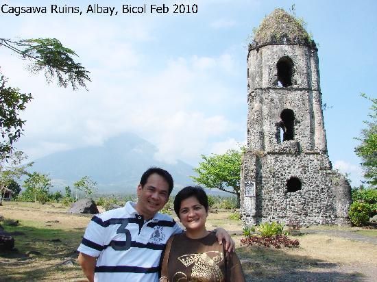 Cagsawa Ruins Park: Cagsawa Ruins - Mayon Volcano as Background