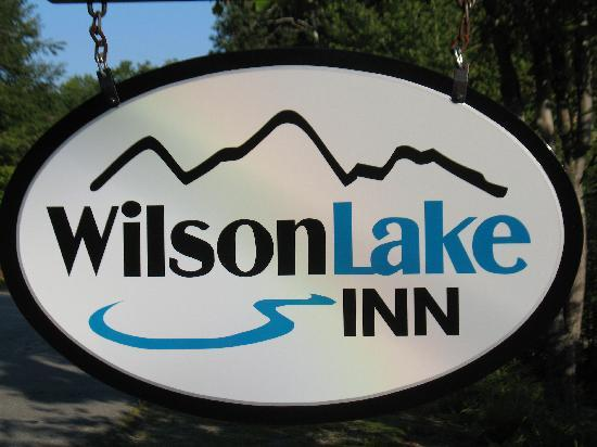 Wilson Lake Inn: Sign by the Road