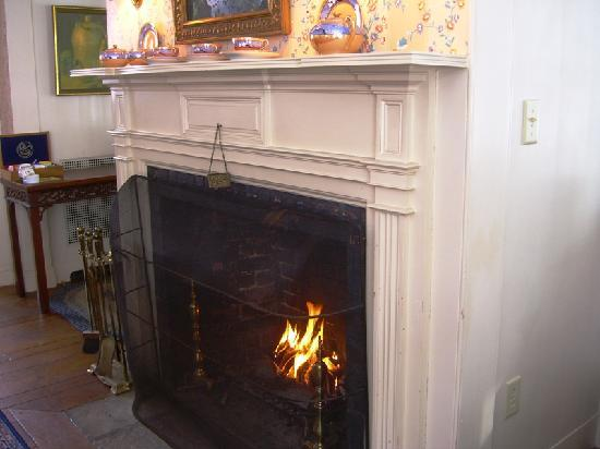 ‪‪Devonfield Inn‬: Friday Morning Fireplace‬