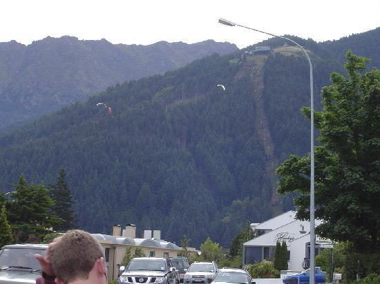Queenstown Motel Apartments: This was taken just outside our window, looking towards the Skyline Gondola and Restaurant.