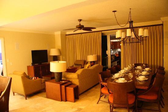 Honua Kai Resort & Spa: Living room.