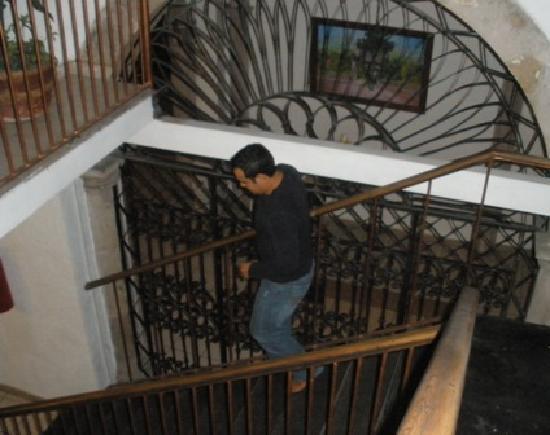 Hotel Imperial: En las escalesras del hotel