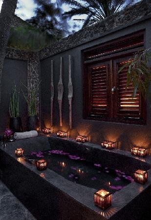 Baoase Luxury Resort: Special and unique outdoors showers and bath tubs.