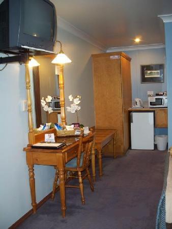 Sandstock Motor Inn desk, tv, fridge