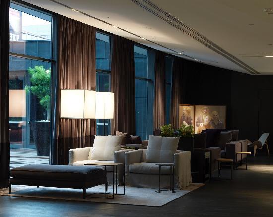 The Met Hotel: Lobby