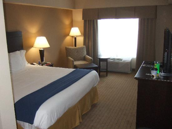 Holiday Inn Express & Suites Fort Myers- The Forum: The Bedroom suite 302