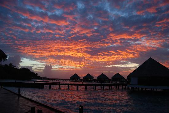 Adaaran Select Meedhupparu : The sunset when we was in the water villa