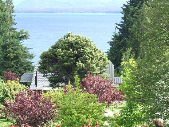 Hotel Villa Huinid Bustillo: el lago visto desde el jardin