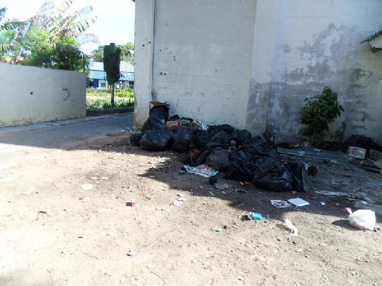 Phuttachot Resort: Viel Abfall am Weg zum Hotel