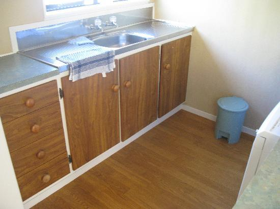 East West Studio Apartments: Good sized kitchen area