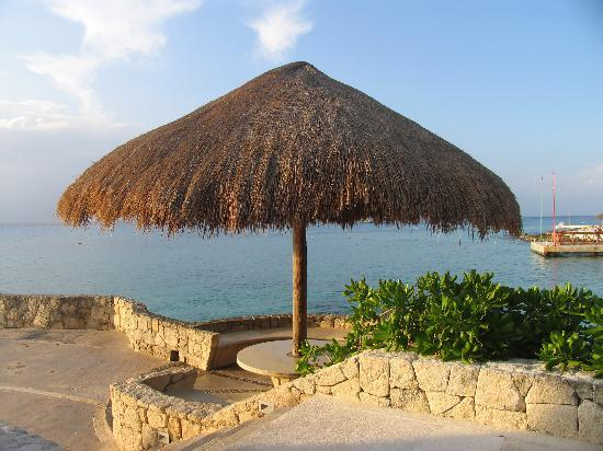 Presidente Inter-Continental Cozumel Resort & Spa : great place to sit and have a drink, outside the restaurant, above the beach