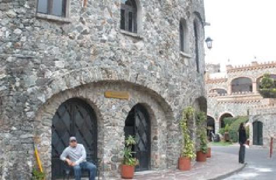Castillo Santa Cecilia Hotel: torre a la entrada
