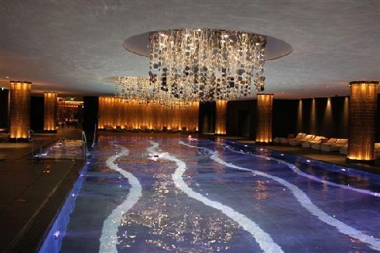 The Europe Hotel & Resort : Ein Schwimmbad mit tollen Materialien