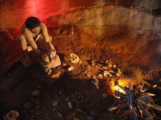 Cluny, France: Aze Les grottes, F